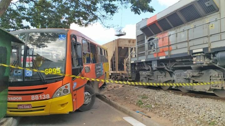 Grande BH: Trem arrasta ônibus deixando cinco feridos em Betim