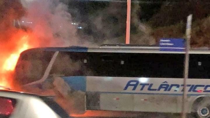 Vídeo: Ônibus pega fogo na Avenida Paralela em Salvador nesta noite