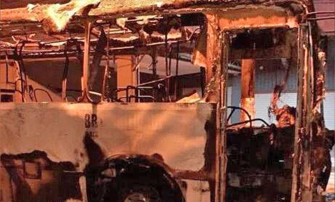 SP: Protesto em Santos acaba com ônibus da BR Mobilidade destruído pelo fogo
