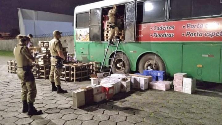SC: PM apreende ônibus com produtos contrabandeados em Blumenau
