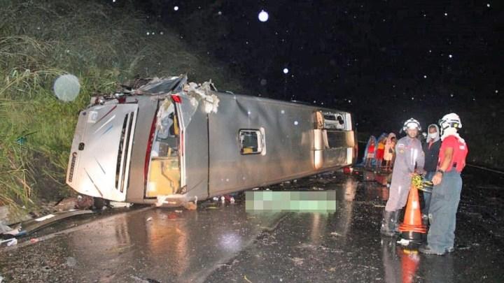 BA: Ônibus tomba em Santo Desidério deixando um morto e 22 feridos