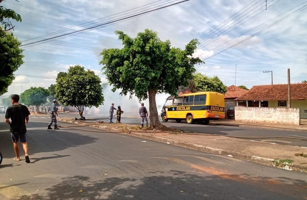 SP: Micro-ônibus escolar paga fogo em Martinópolis nesta segunda-feira