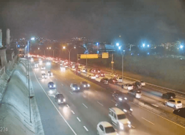 Rio segue com movimento intenso de veículos nesta noite de domingo - revistadoonibus