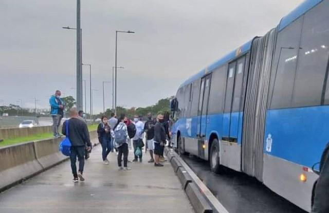 Rio: BRT apresenta problemas e passageiros ficam desamparados no corredor transolímpica - revistadoonibus