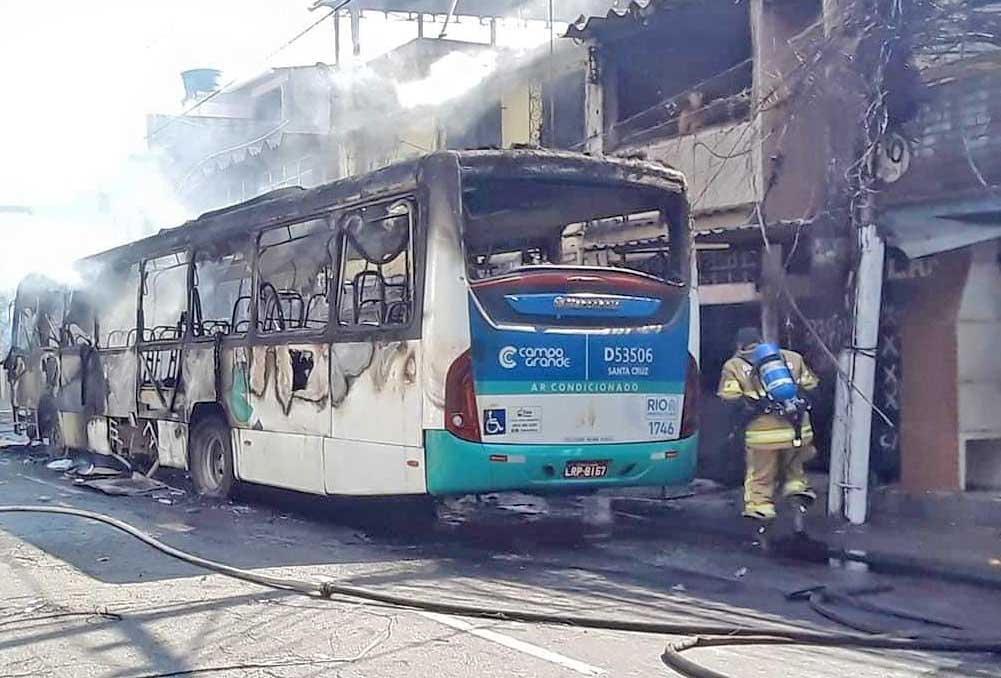 Vídeo: Ônibus da Transportes Campo Grande pega fogo na zona oeste do Rio de Janeiro