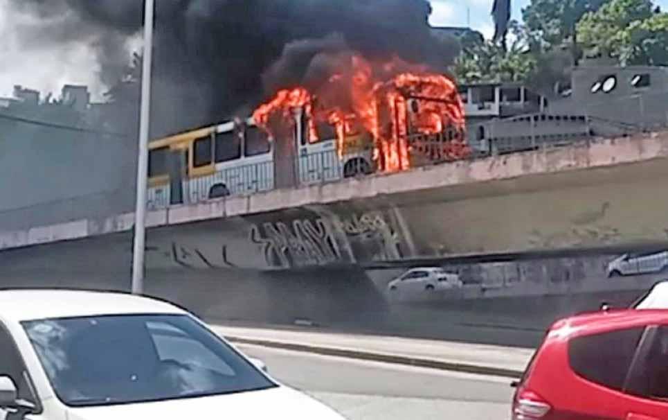Vídeo: Ônibus pega fogo na região do Aquidabã, em Salvador