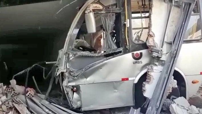Vídeo: Acidente com ônibus ligeirinho deixa cinco feridos em Curitiba
