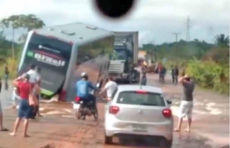 Vídeo: Tráfego na BR-174 é interditado depois que rio Anauá transbordou