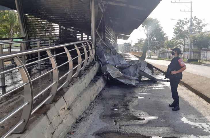 Rio: Duas estações do BRT foram incendiadas neste fim de semana