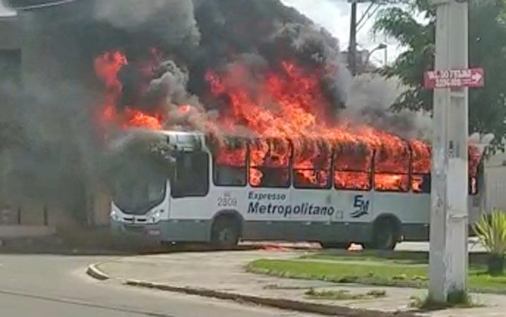 Vídeo: Ônibus é incendiado por traficantes em Simões Filho na Bahia