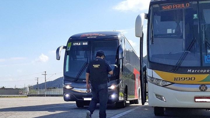 SP: Ação orienta passageiros de ônibus sobre o uso do cinto de segurança na via Dutra