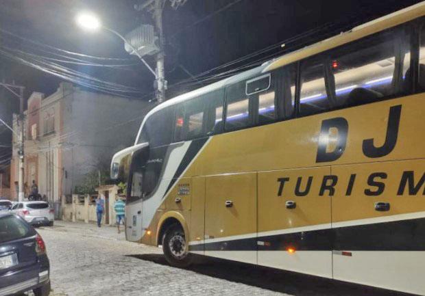 RJ: Bandidos sequestram ônibus e assaltam passageiros em Saquarema