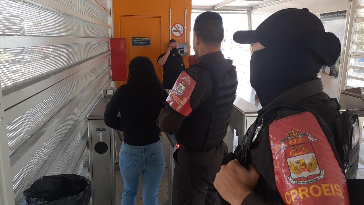 Rio: PM prende mulher por furto em ônibus no BRT