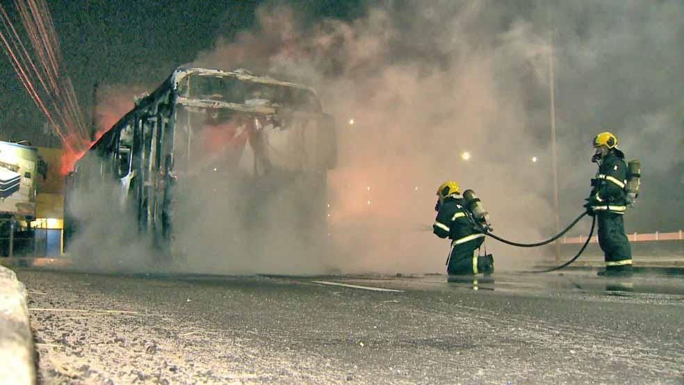 ES: Ônibus do Transcol é incendiado na Rodovia do Sol em Vila Velha