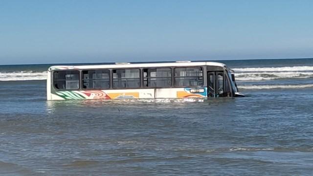 SP: Ônibus municipal ficou atolado no mar em Ilha Comprida - revistadoonibus