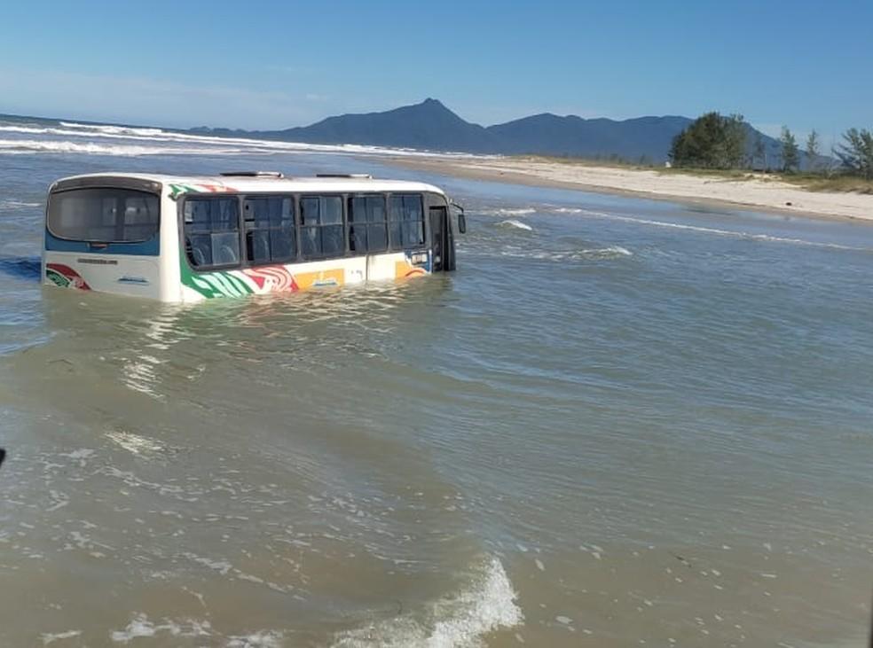 SP: Ônibus municipal ficou atolado no mar em Ilha Comprida
