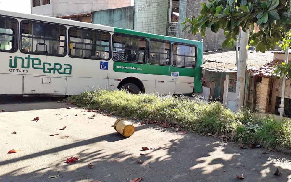 Ônibus invade casa no bairro de Canabrava em Salvador