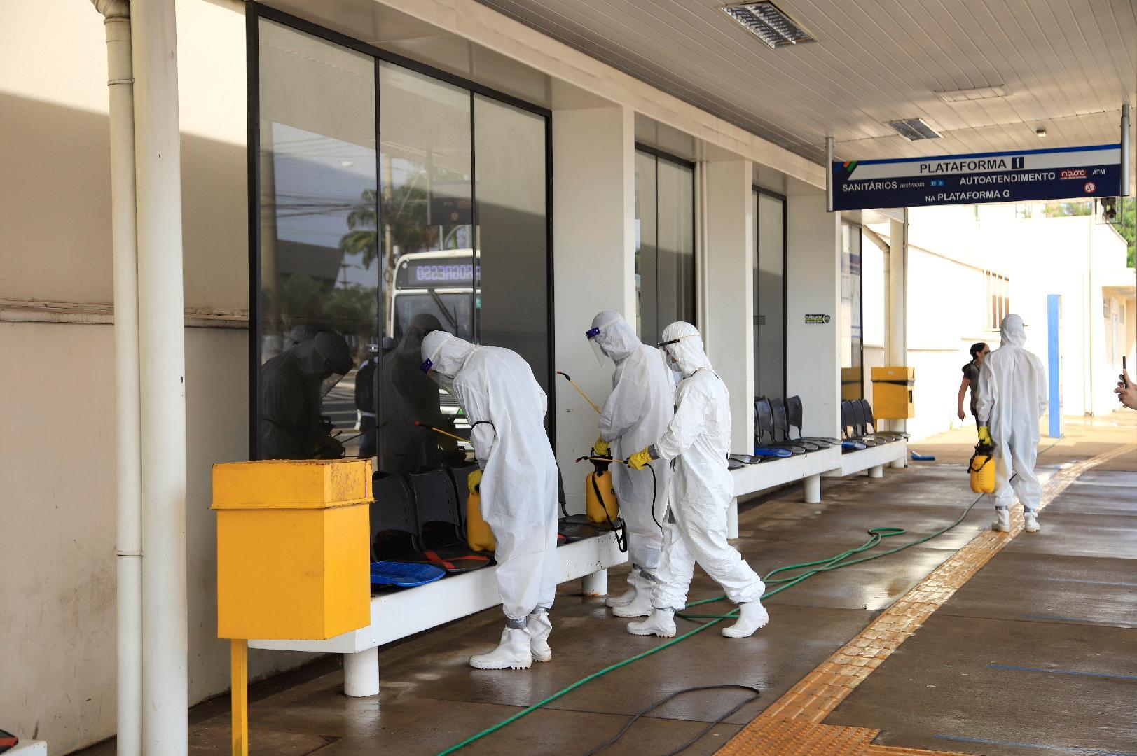 SP: Exército realiza a desinfecção das plataformas de ônibus em Ribeirão Preto