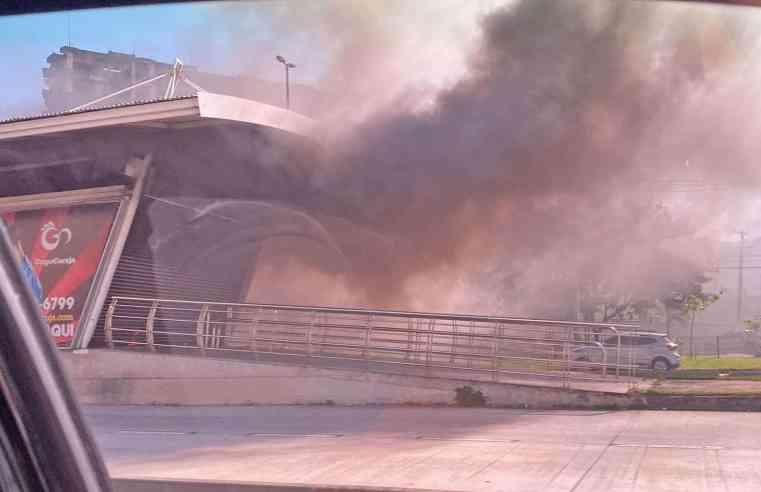 Rio: Incêndio atinge estação BRT Minha Praia neste sábado
