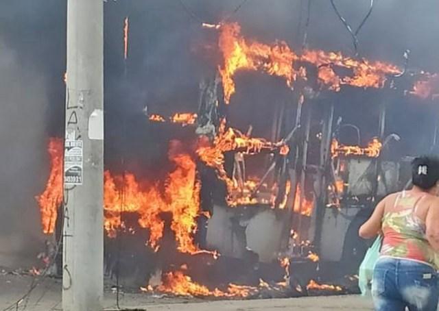 Rio: Ônibus da Vial Real pega fogo em Guadalupe na zona norte da cidade - revistadoonibus