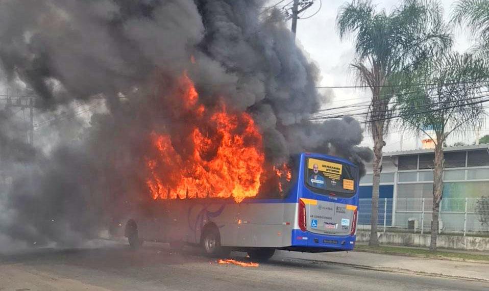 Rio: Ônibus da Vial Real pega fogo em Guadalupe na zona norte da cidade