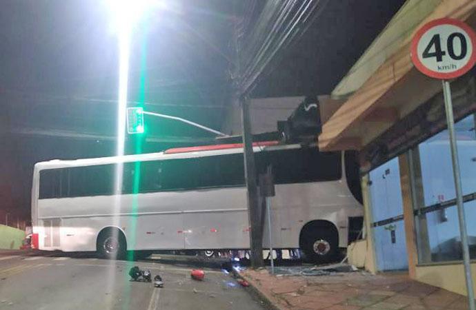PR: Ônibus rodoviário invade empresa em Pato Branco – Vídeo