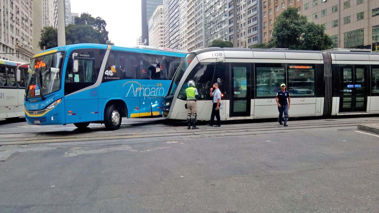Vídeo: Acidente entre ônibus da Amparo e VLT complica o trânsito no centro do Rio nesta manhã