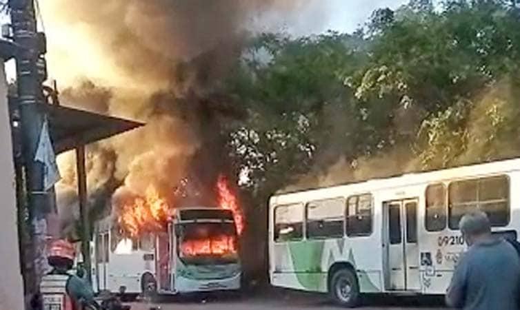 Vídeo: Bandidos incendiam ônibus em Manaus e deixam moradores em pânico
