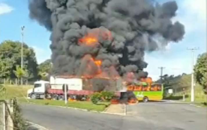 Vídeo: Acidente entre ônibus e carreta causa incêndio em Bom Jesus do Itabapoana/RJ