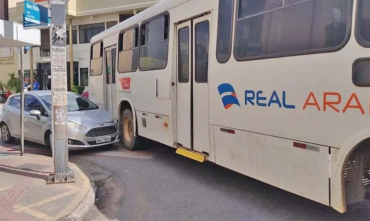 AL: Acidente entre carro e ônibus deixou o trânsito lento no centro de Arapiraca