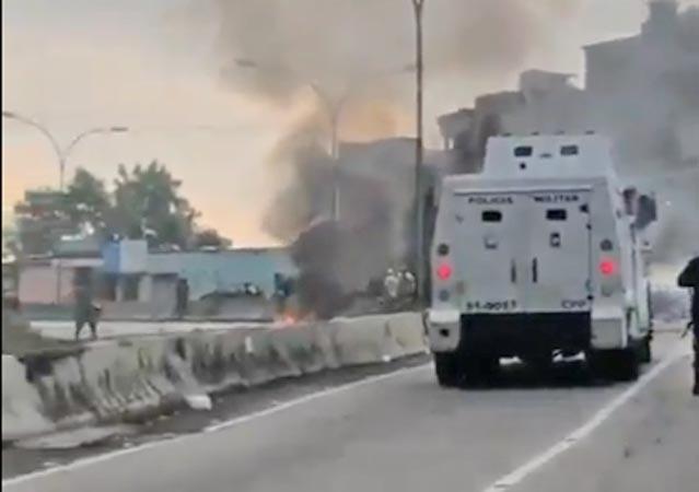 Vídeo: Manifestação fecha a Estrada Grajaú x Jacarepaguá nesta tarde, após tiroteio no Lins