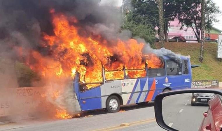 SP: Ônibus da EAOSA pegou fogo na Avenida Itapark em Mauá nesta tarde de segunda-feira