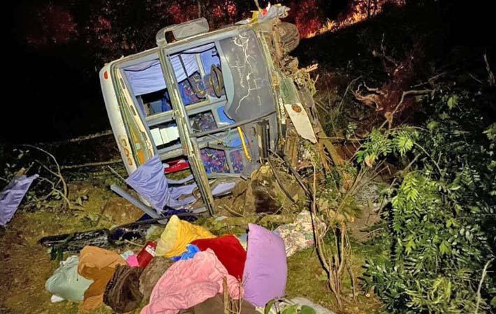 SC: Ônibus tomba após acidente com carro na BR-158 em Caibi