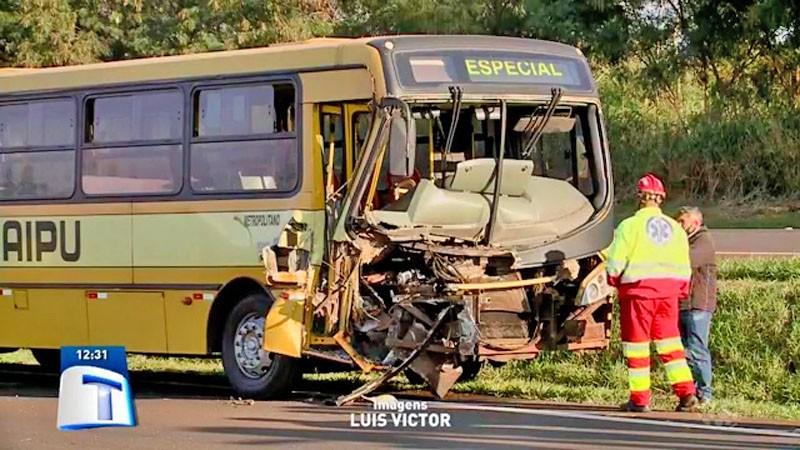 PR: Acidente entre ônibus e caminhão deixa dois feridos na BR-277