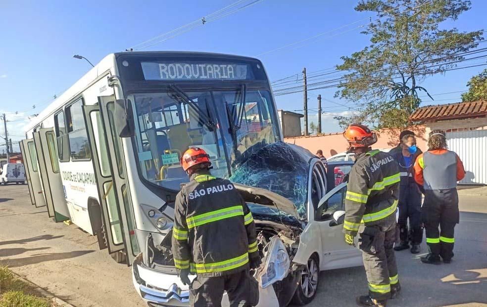 SP: Acidente entre carro e ônibus deixa um morto e dois feridos em Caçapava