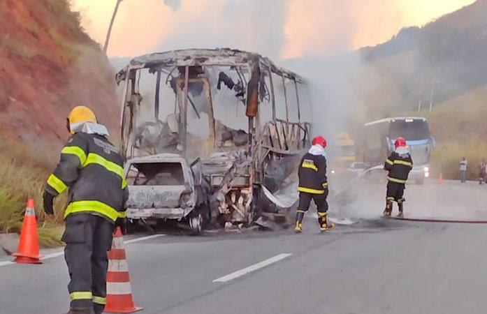 MG: Colisão entre carro e ônibus deixa um morto e veículos destruídos na BR-116 em Itambacuri