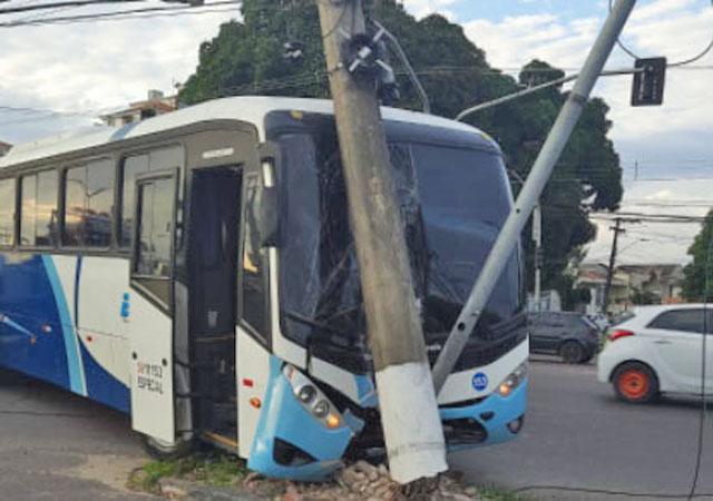 Vídeo: Ônibus da Edacos Transportes bate em poste e complica o trânsito na Zona Norte de Manaus