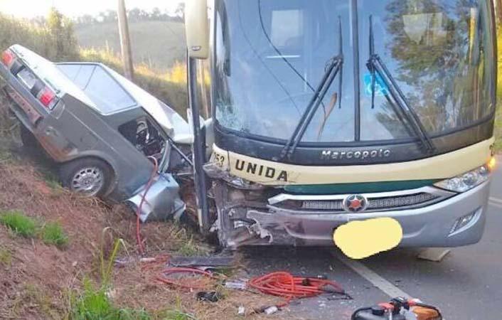 MG: Acidente entre carro e ônibus da Empresa Unida deixa dois feridos em Viçosa