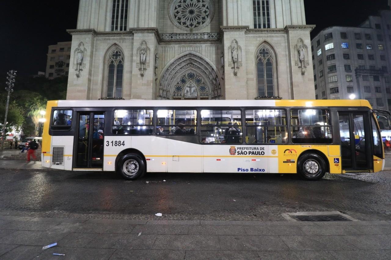Prefeitura de São Paulo usa ônibus para transportar moradores de rua até abrigo