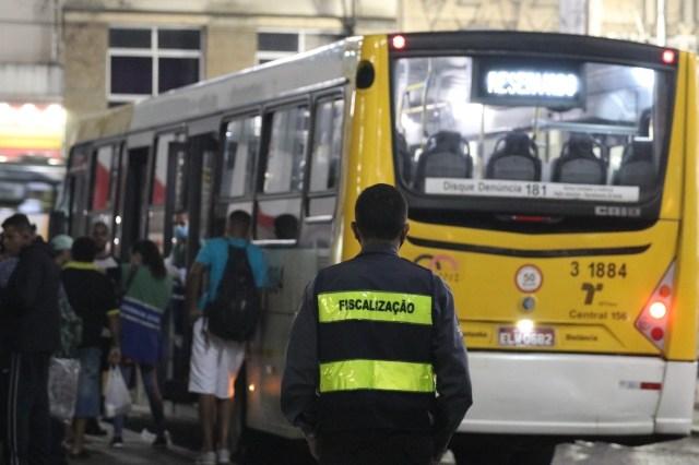 Prefeitura de São Paulo usa ônibus para transportar moradores de rua até abrigo - revistadoonibus