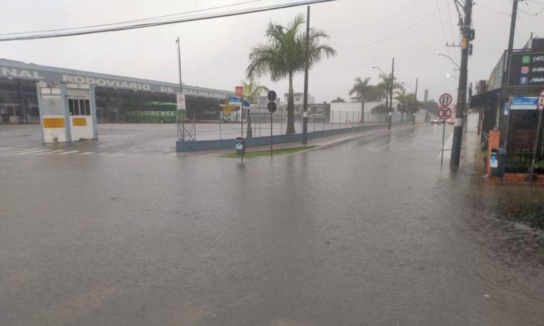 SC: Chuva deixa ruas de Balneário Camboriú alagadas neste fim de semana