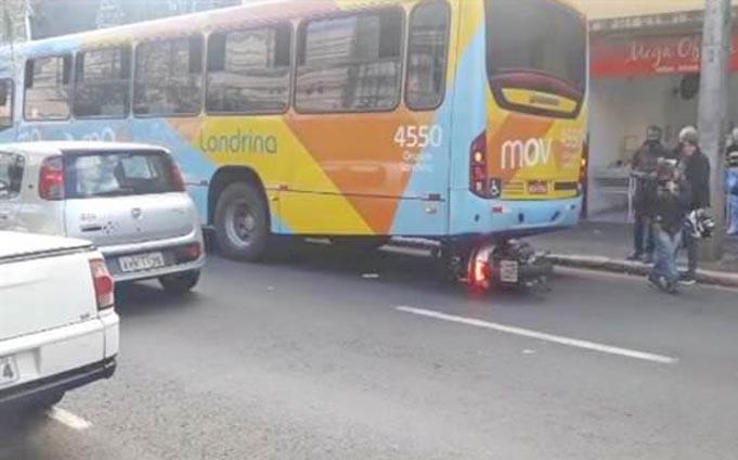 PR: Acidente entre moto e ônibus deixa um ferido no Centro de Londrina