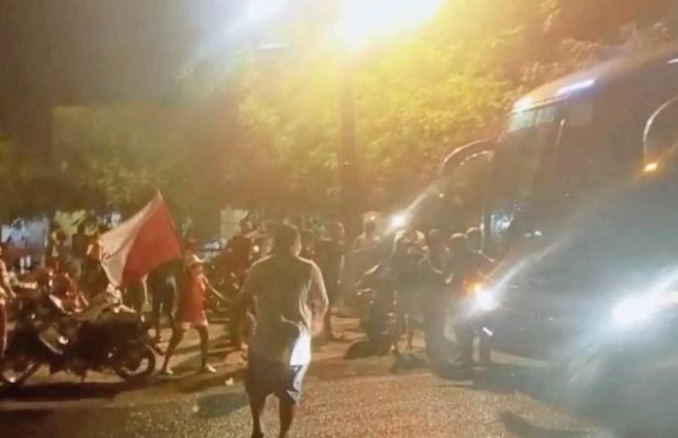 PI: Delegação do 4 de Julho é recebida com festa na chegada do ônibus em Piripiri