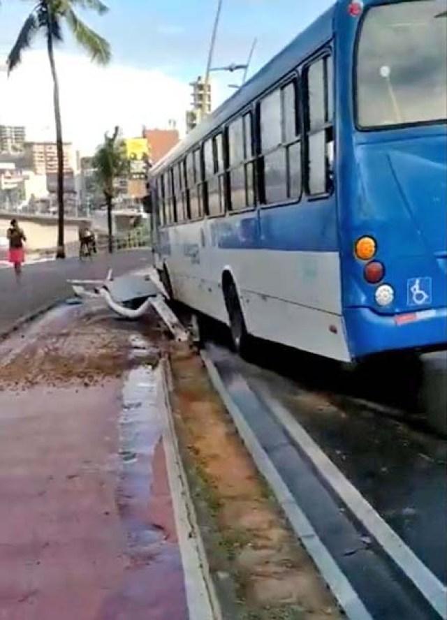 Salvador: Ônibus da CSN derruba poste de sinalização na orla da Barra - revistadoonibus