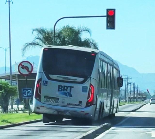 Ônibus do BRT Rio avança o sinal vermelho e circula quando tombando zona oeste - revistadoonibus