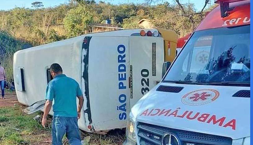MG: Acidente entre carreta e micro-ônibus deixa 16 feridos na BR-135 entre Montes Claros e Bocaiuva