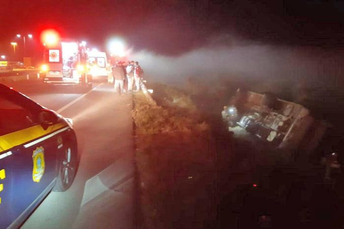 RS: Ônibus rodoviário tomba na BR-116 e deixa ao menos dez feridos em Camaquã