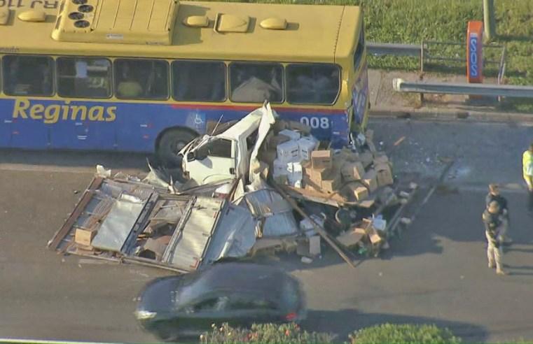 RJ: Acidente entre caminhão e ônibus da Reginas complica o trânsito na Rio x Teresópolis