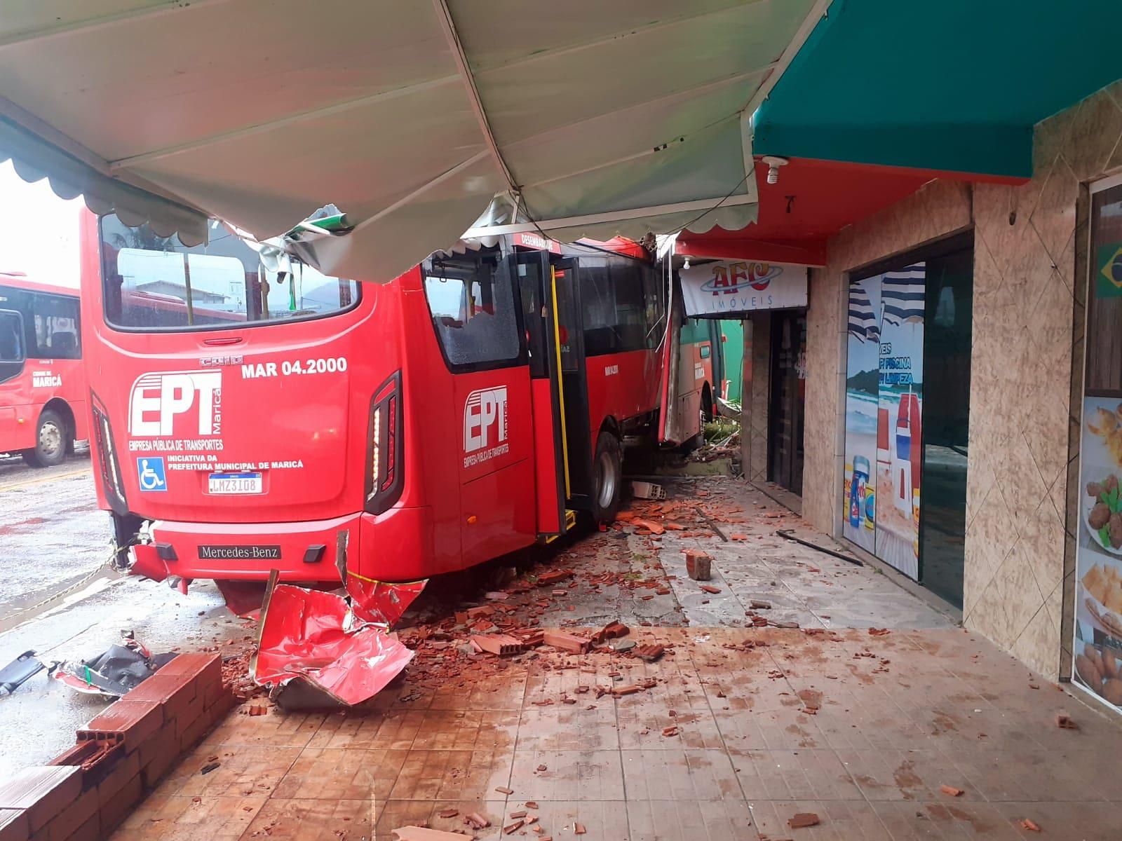 RJ: Acidente com ônibus vermelhinho deixa cinco feridos em Maricá
