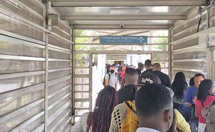 Rio: Estação Santa Cruz do BRT segue lotada e gerando muitas reclamações